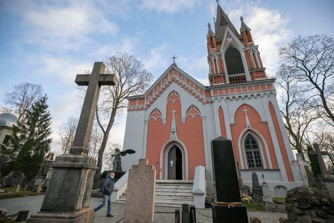 Vilnius kviečia apsilankyti atvertoje koplyčioje ir pasivaikščioti po istorines Rasų kapines