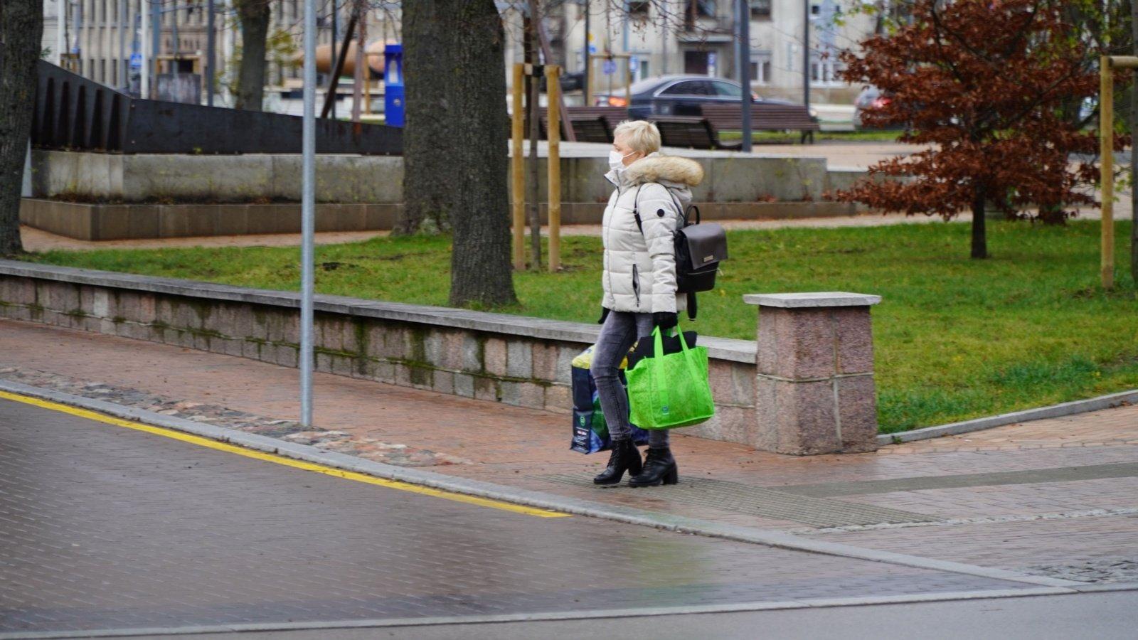 Koronavirusu serganti pakruojietė nesilaikė saviizoliacijos: lankėsi viešose vietose