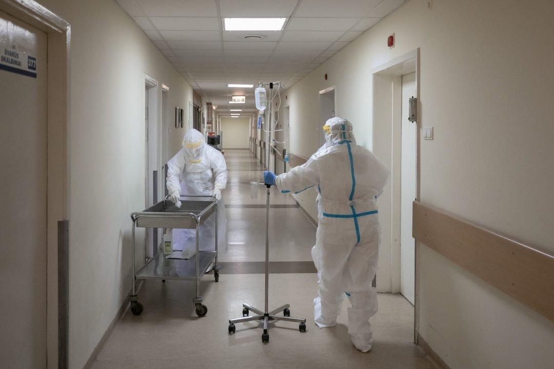 Ligoninėse gydomi 1 858 COVID-19 pacientai, 144 iš jų – reanimacijoje