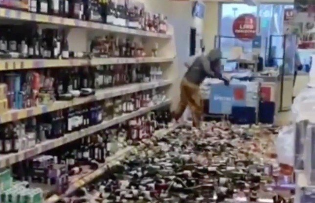 Moteris siautėjo alkoholio skyriuje: sudaužė 500 butelių per 5 minutes (vaizdo įrašas)