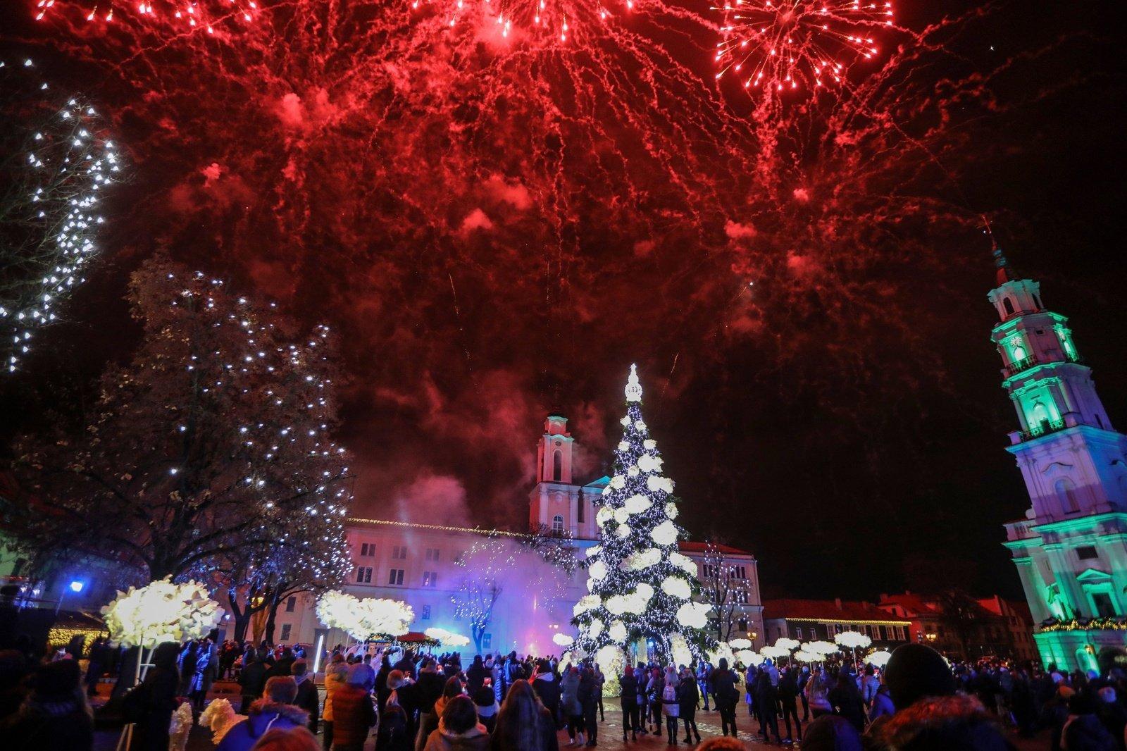 Kaune įžiebta Kalėdų eglė, miestą drebino fejerverkai