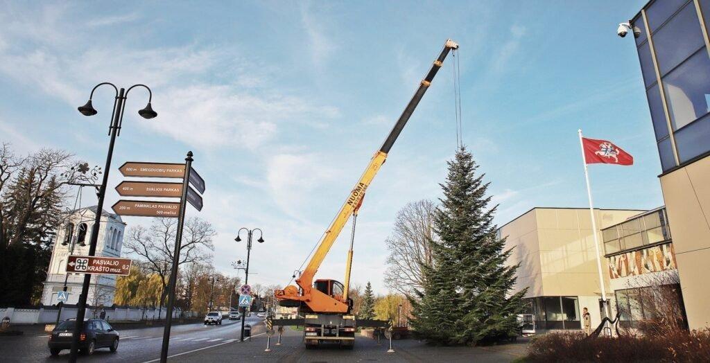 """Šiųmečiai Pasvalio šventiniai simboliai – kėnis, """"Kalėdų mobilis"""", nykštukai"""