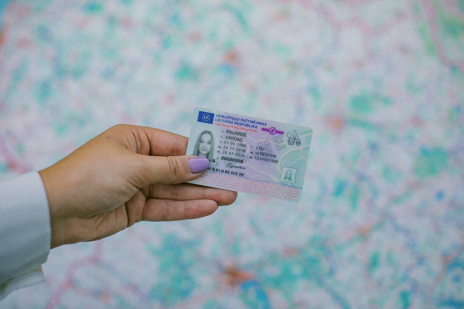 Komitetas ragina greičiau spręsti dėl vairuotojo teisių pripažinimo tapatybei patvirtinti