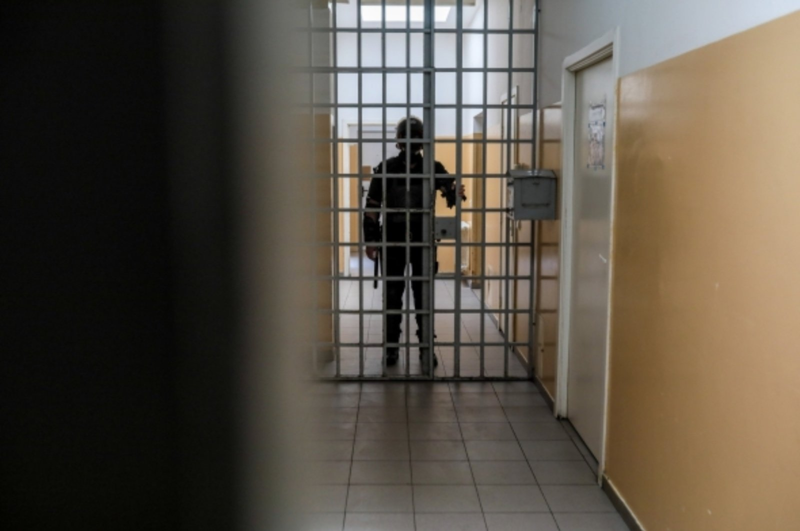 Nuteistasis, grasinęs žaloti kitus kalinius ir pareigūnus, teismui skundėsi dėl antrankių panaudojimo