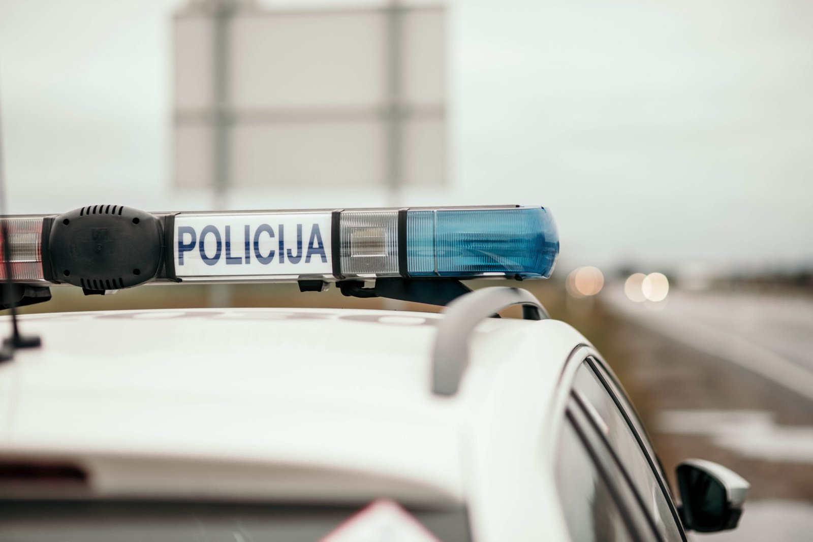 Policija prašo pagalbos: iš eismo įvykio pasišalino moterį partrenkęs automobilis