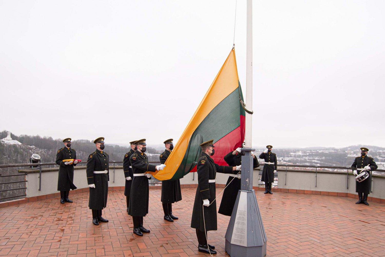 Lietuvos vėliavos dieną sostinės Gedimino pilies bokšte iškilmingai iškelta trispalvė