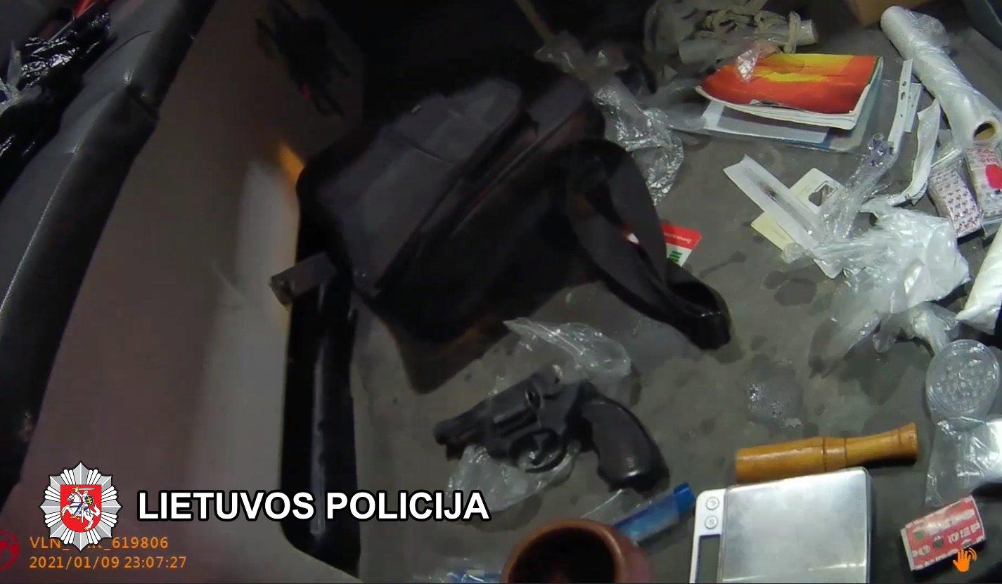 Lentvaryje sulaikytas vilnietis su ginklu ir,  įtariama, narkotinėmis medžiagomis (vaizdo įrašas)