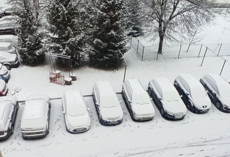Pėdos sniege verčia sunerimti: kažkas tyčia tikrino Šakių gyventojų automobilius?