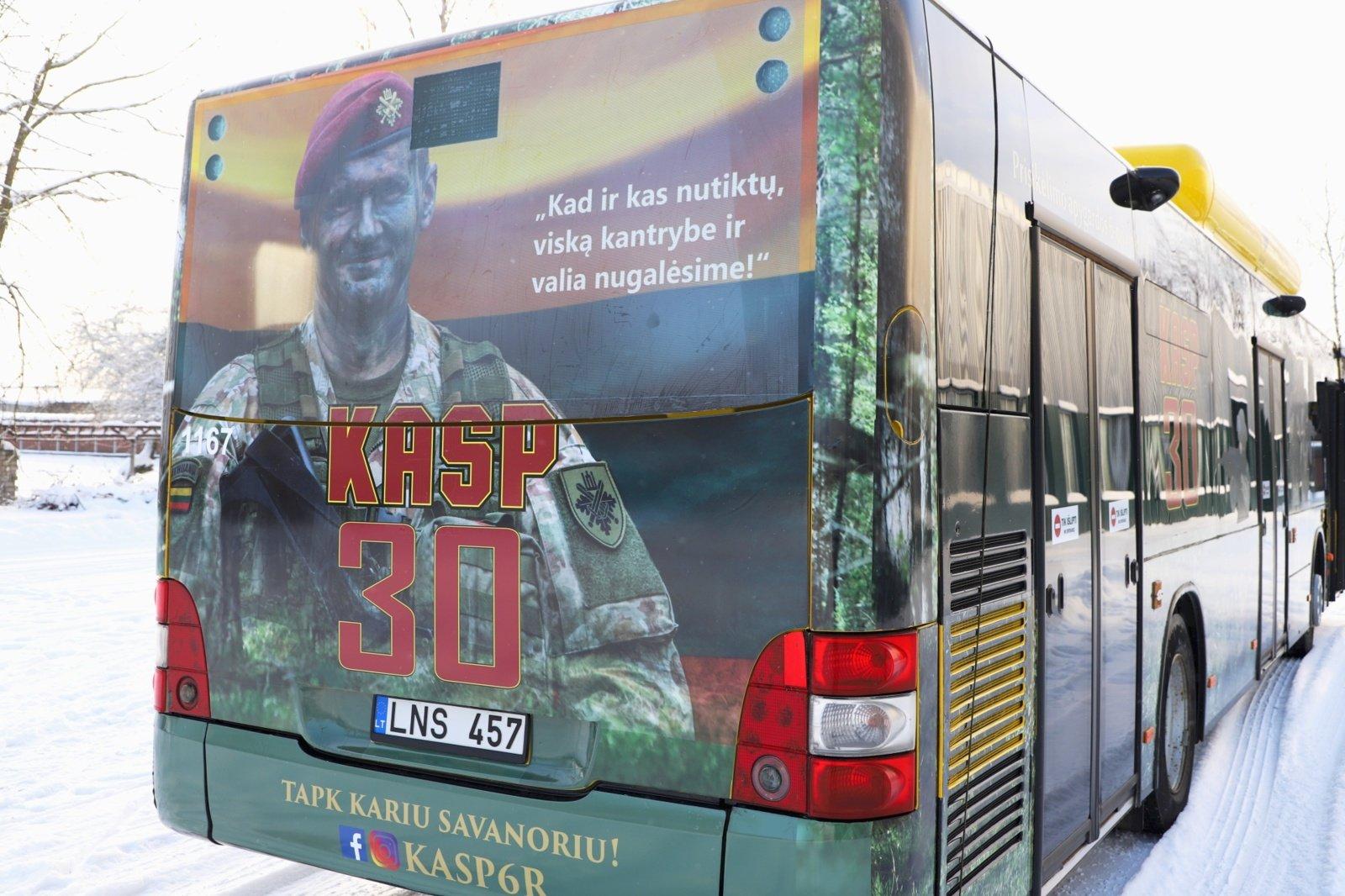 """Į Šiaulių gatves išriedėjo """"Kario savanorio autobusas"""""""