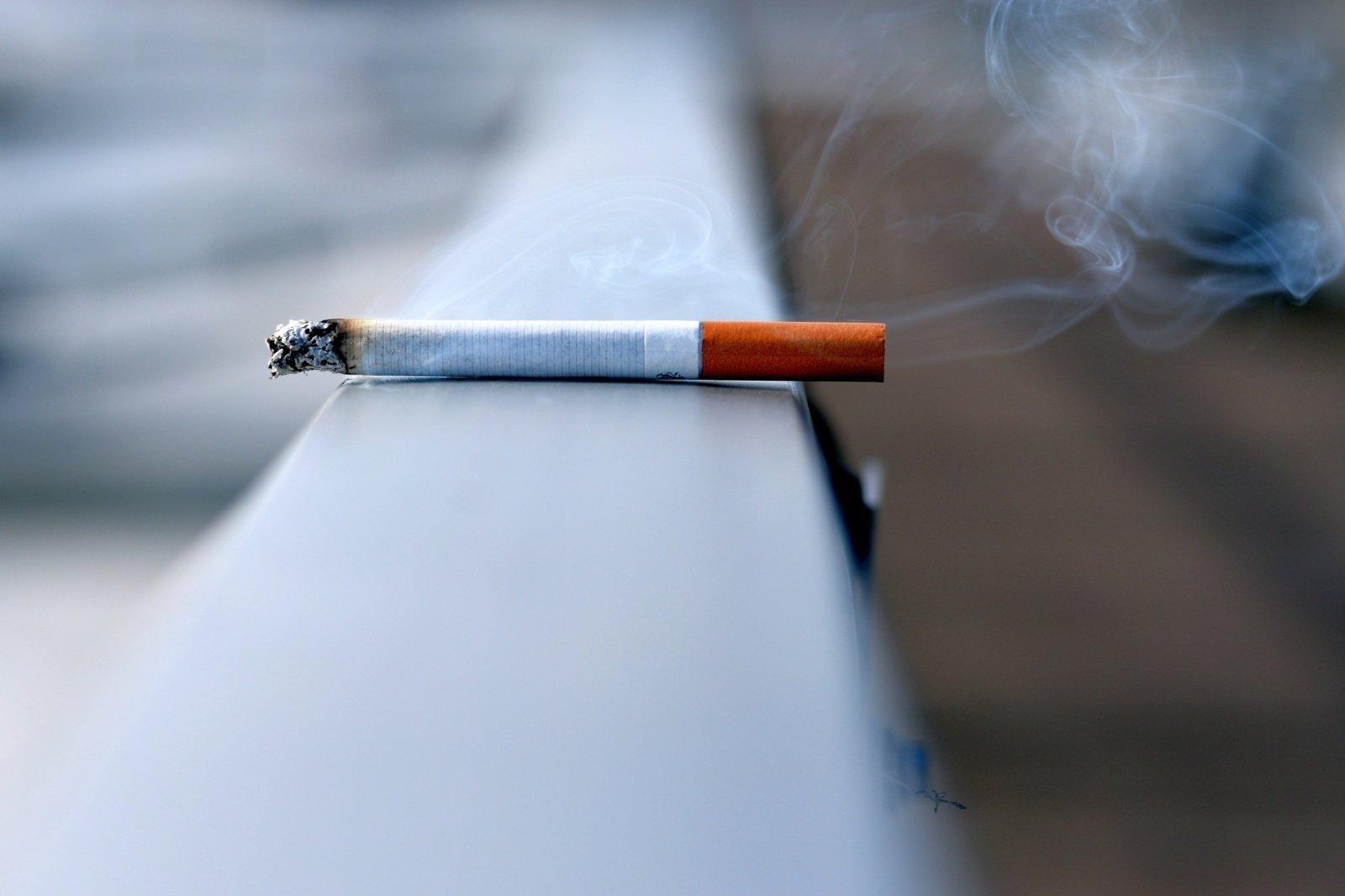 Pirmieji draudimai rūkyti didmiesčių daugiabučių balkonuose įsigalios vasarį