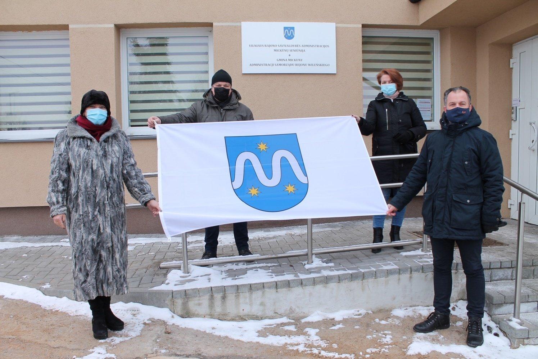 Mickūnų gyventojai prie savo namų iškėlę seniūnijos vėliavą, savo pavyzdžiu kviečia sekti visą bendruomenę