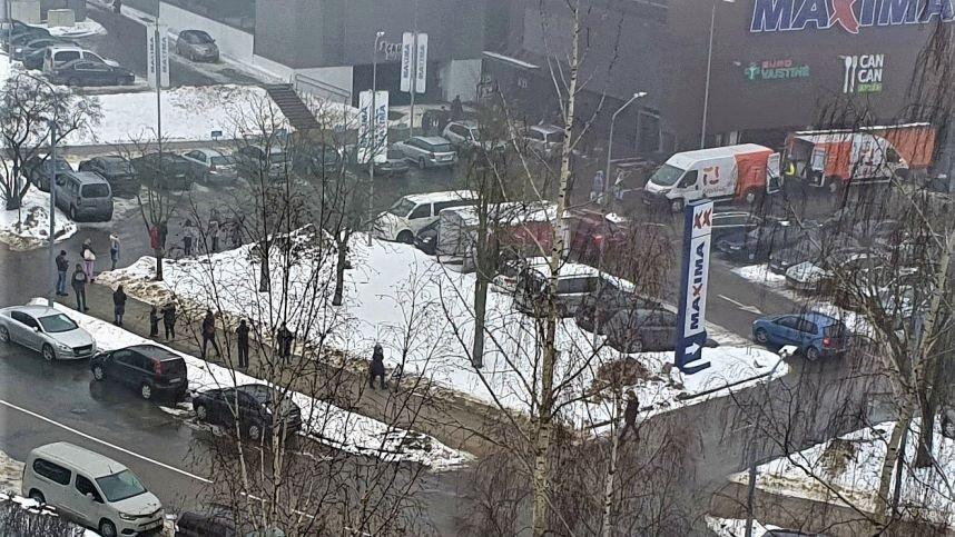 Postapokaliptinis vaizdelis: Vilniuje sugedus paštomatui nusidriekė šimtametrinė eilė