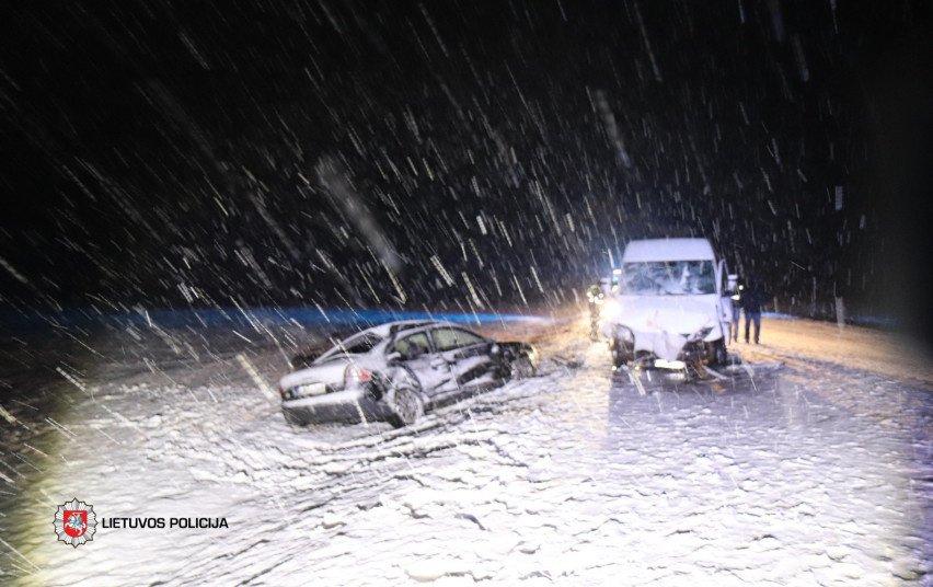 Vilniaus rajone susidūrė 2 automobiliai, nukentėjo 3 žmonės