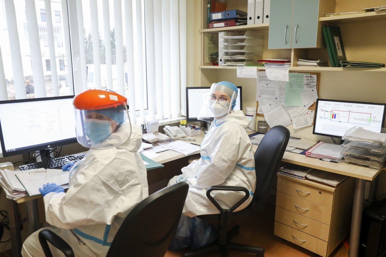 Sveikatos priežiūros darbuotojai skundžiasi: dauguma COVID-19 darbe užsikrėtusių darbuotojų maksimalios ligos išmokos negauna