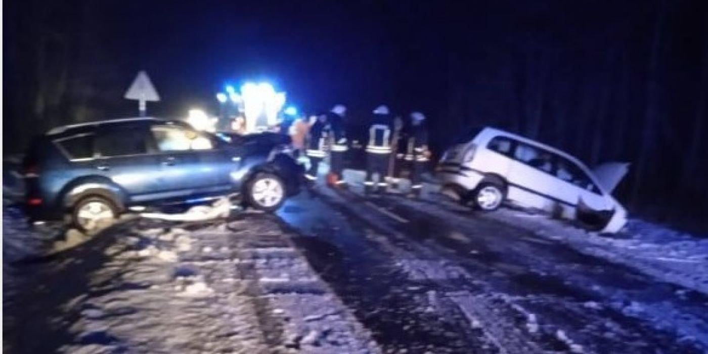 Kėdainių rajone kaktomuša susidūrė du automobiliai