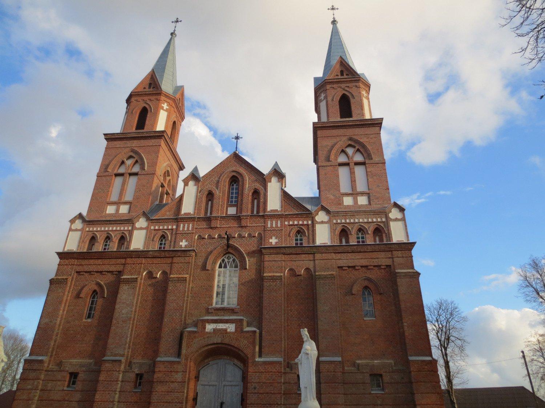 Sutvarkyti Ylakių bažnyčios bokštai, primenantys miestelio pavadinimą