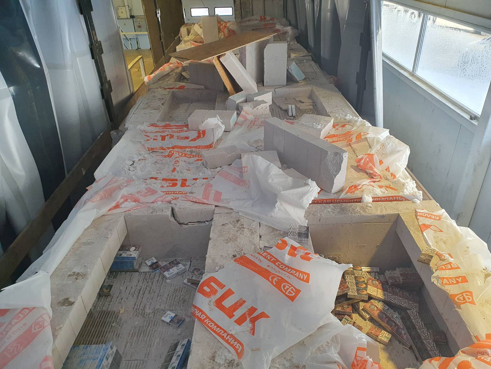 Nepergudravo: Raigarde muitininkai sulaikė statybiniais blokeliais užmaskuotą didelę cigarečių kontrabandą