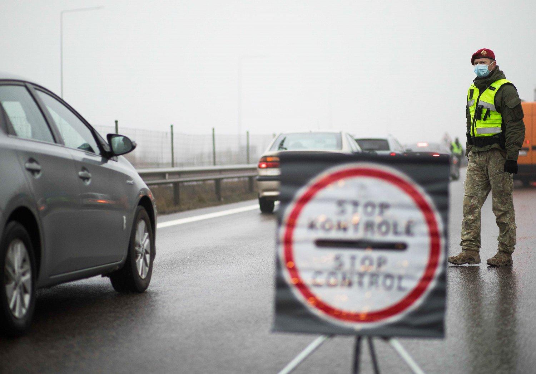 Vyriausybei siūloma švelninti ribojimus lauke, leisti vairavimo mokymą