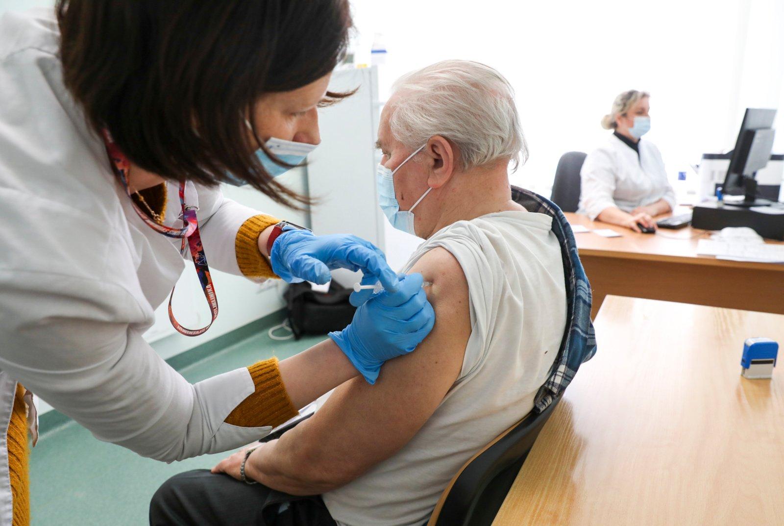 Per du mėnesius registruota 1,2 tūkstančio nepageidaujamų reakcijų į vakcinas