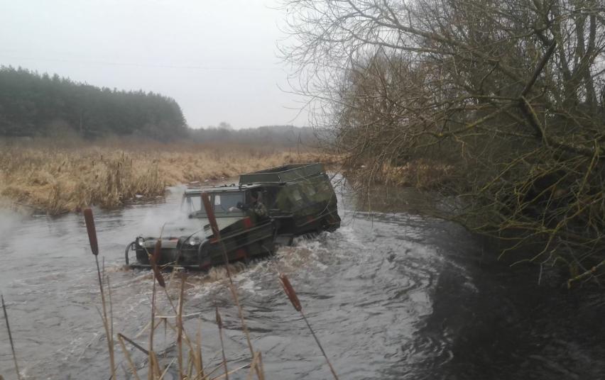 Vilniaus rajono inspektoriai nustatė draustinyje vikšrine amfibija važinėjusį asmenį