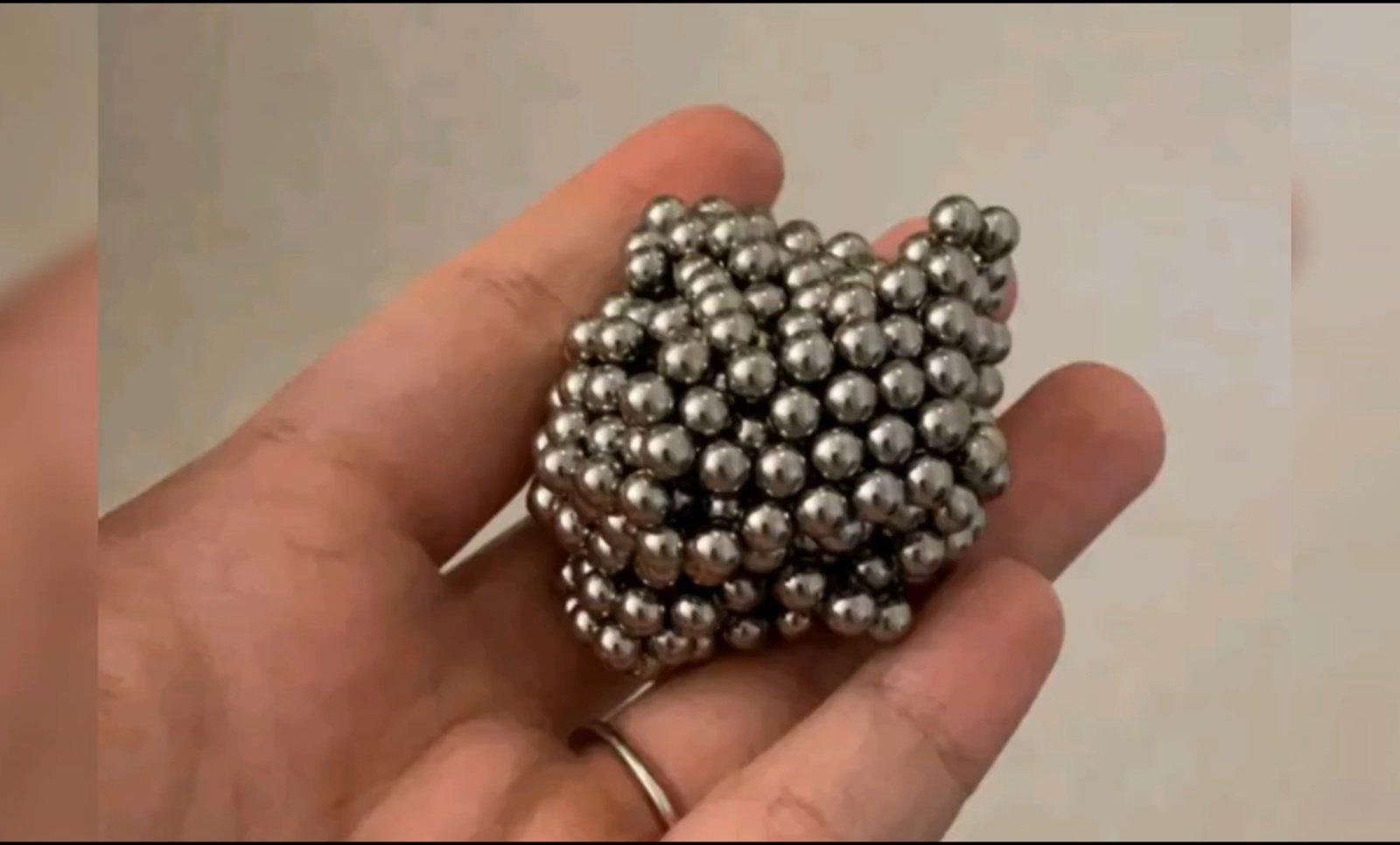 Berniukas prarijo 54 magnetus norėdamas sužinoti, ar prie jo pilvo prilips metalinė lazdelė