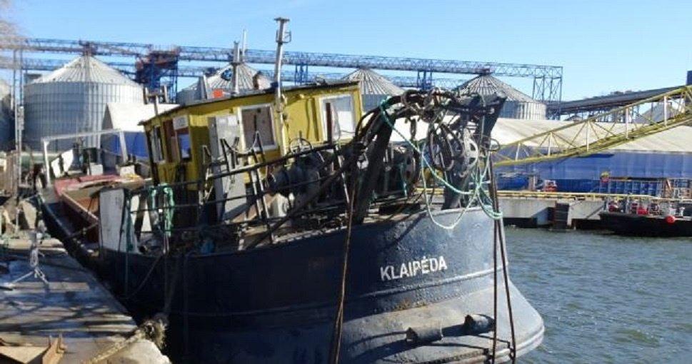 Klaipėdos uoste iškelta nuskendusi žemkasė