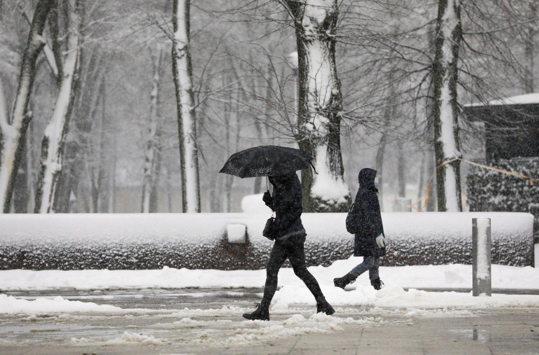 Eismo sąlygas naktį sunkins sniegas ir plikledis