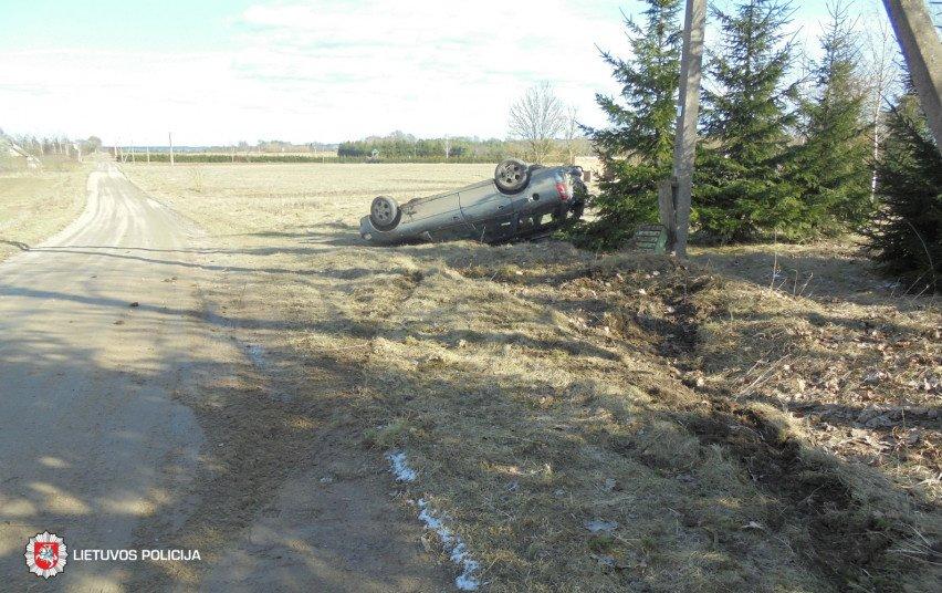 Prienų rajone apvirto girto vairuotojo nesuvaldytas automobilis