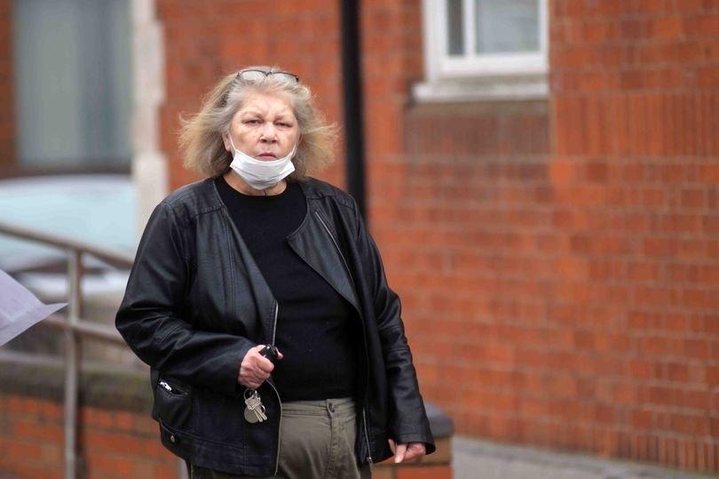 Pensininkė peiliu grasino porai, stovėjusiai per arti be kaukių