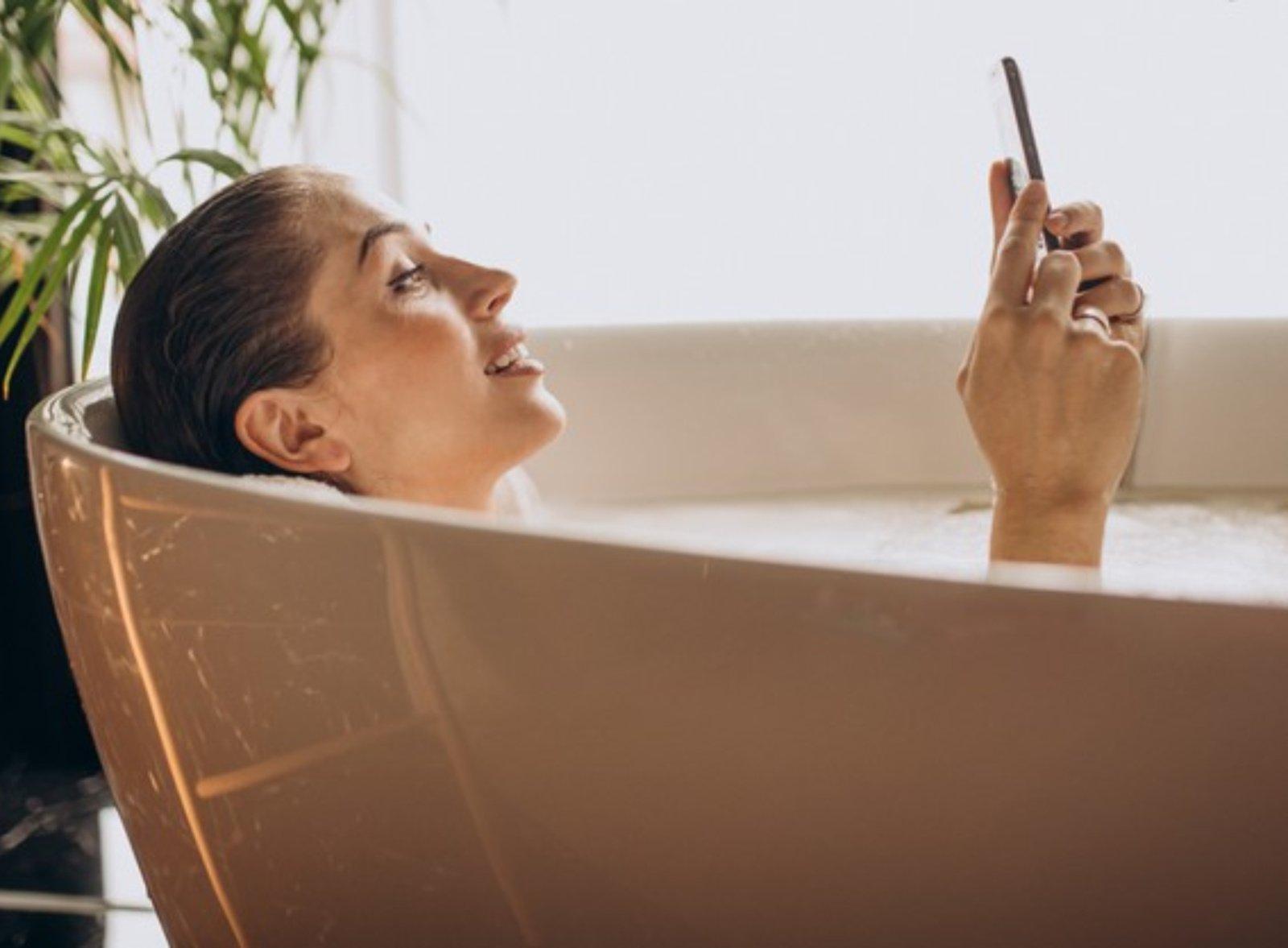 Jauną moterį pražudė į vonią netyčia įmestas mobilusis telefonas
