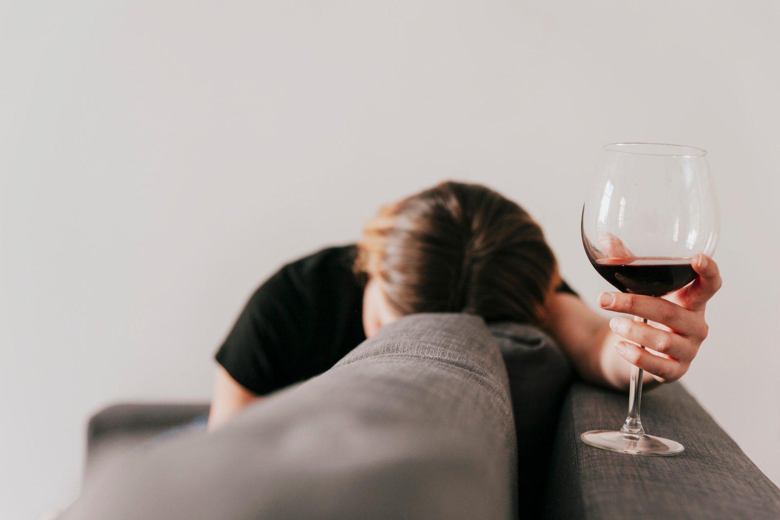 Ar galite gerti alkoholį, gavę COVID-19 vakciną? Štai, ką rekomenduoja gydytojai