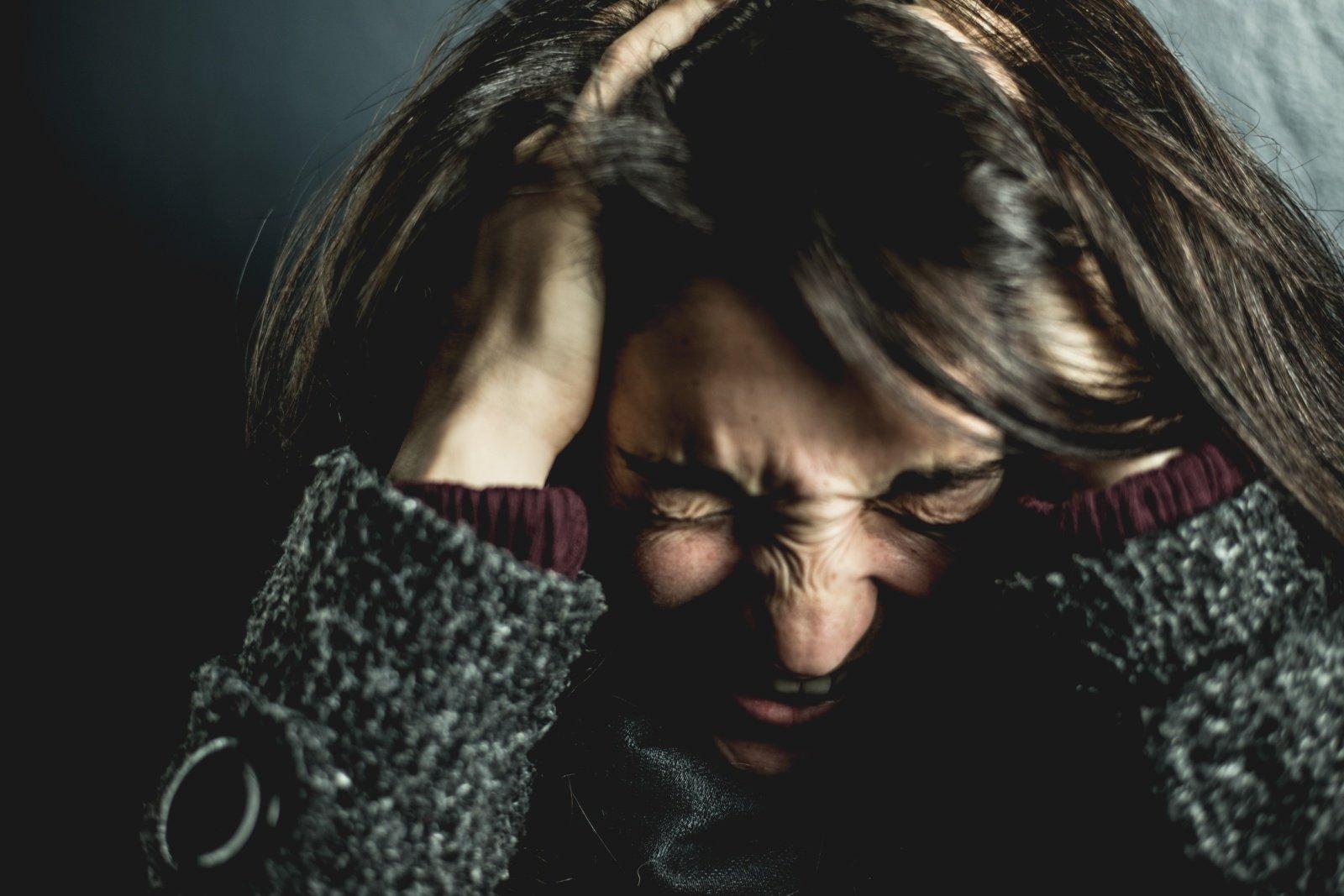Incidentas Radviliškyje: į namus įsiveržusi moteris smurtavo, apkaltino vagyste ir pavogė piniginę