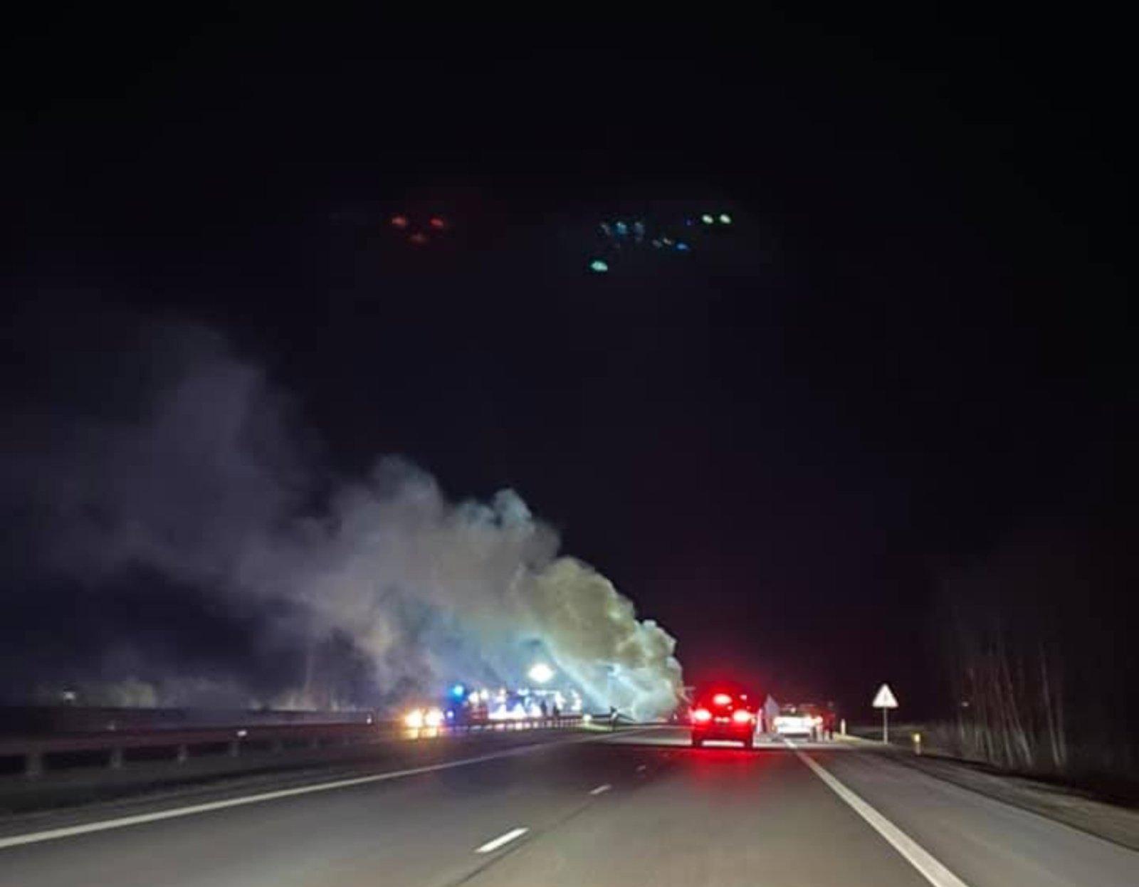 Jonavos rajone po avarijos atvira liepsna degė vilkikas