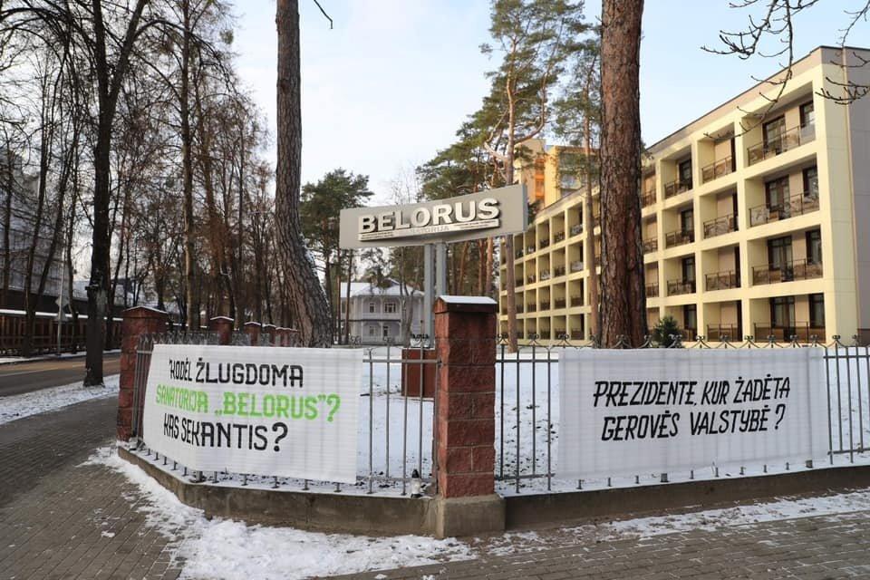 """Sanatorijos """"Belorus"""" atstovai prie URM pastatė plakatą su žinute G. Landsbergiui: pagalbos prašo prezidento ir premjerės"""
