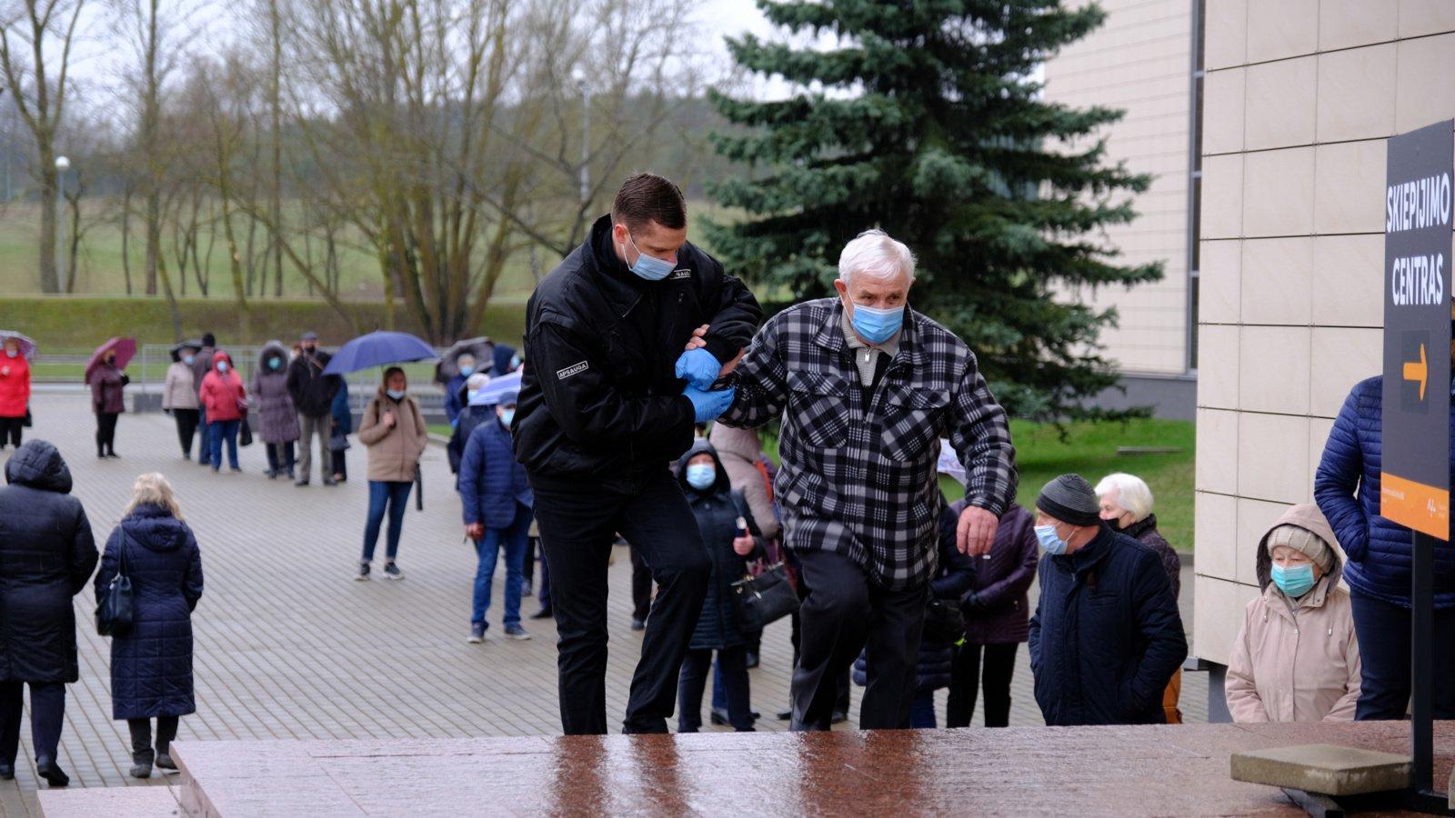 Blogas oras Alytaus senjorų neatbaidė – iš pat ryto paskiepyta beveik 300 žmonių