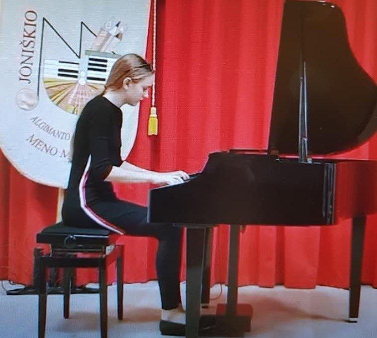 Įvertinta jaunoji pianistė