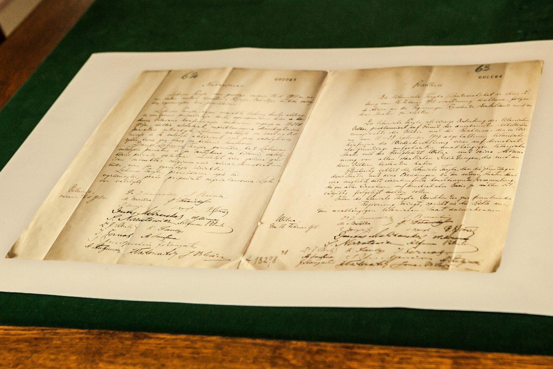 Į Signatarų namus grąžinamas Vasario 16-osios akto originalas
