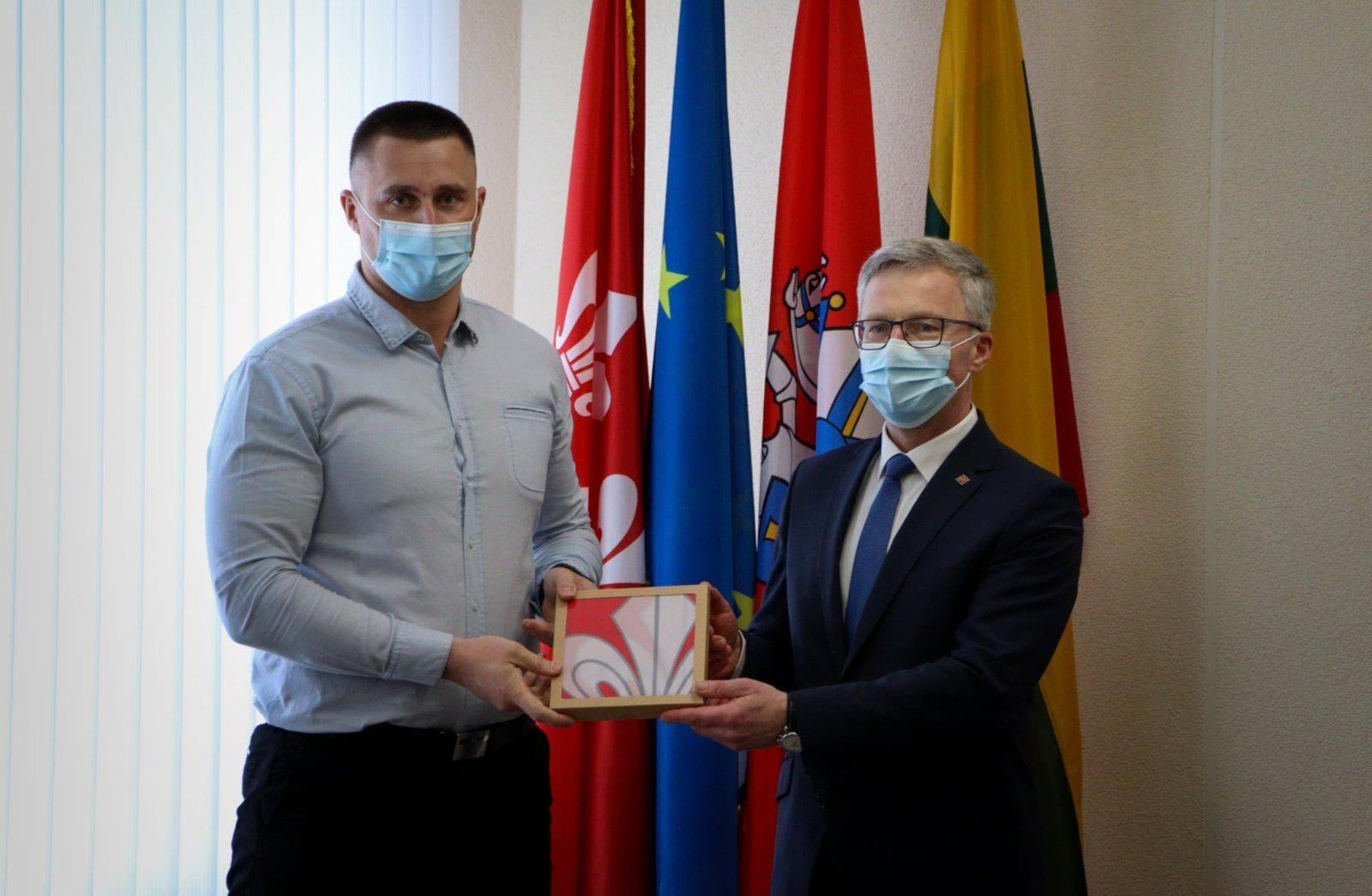 """Krepšinio klubo """"Jurbarkas"""" atstovams įteiktos savivaldybės mero padėkos"""