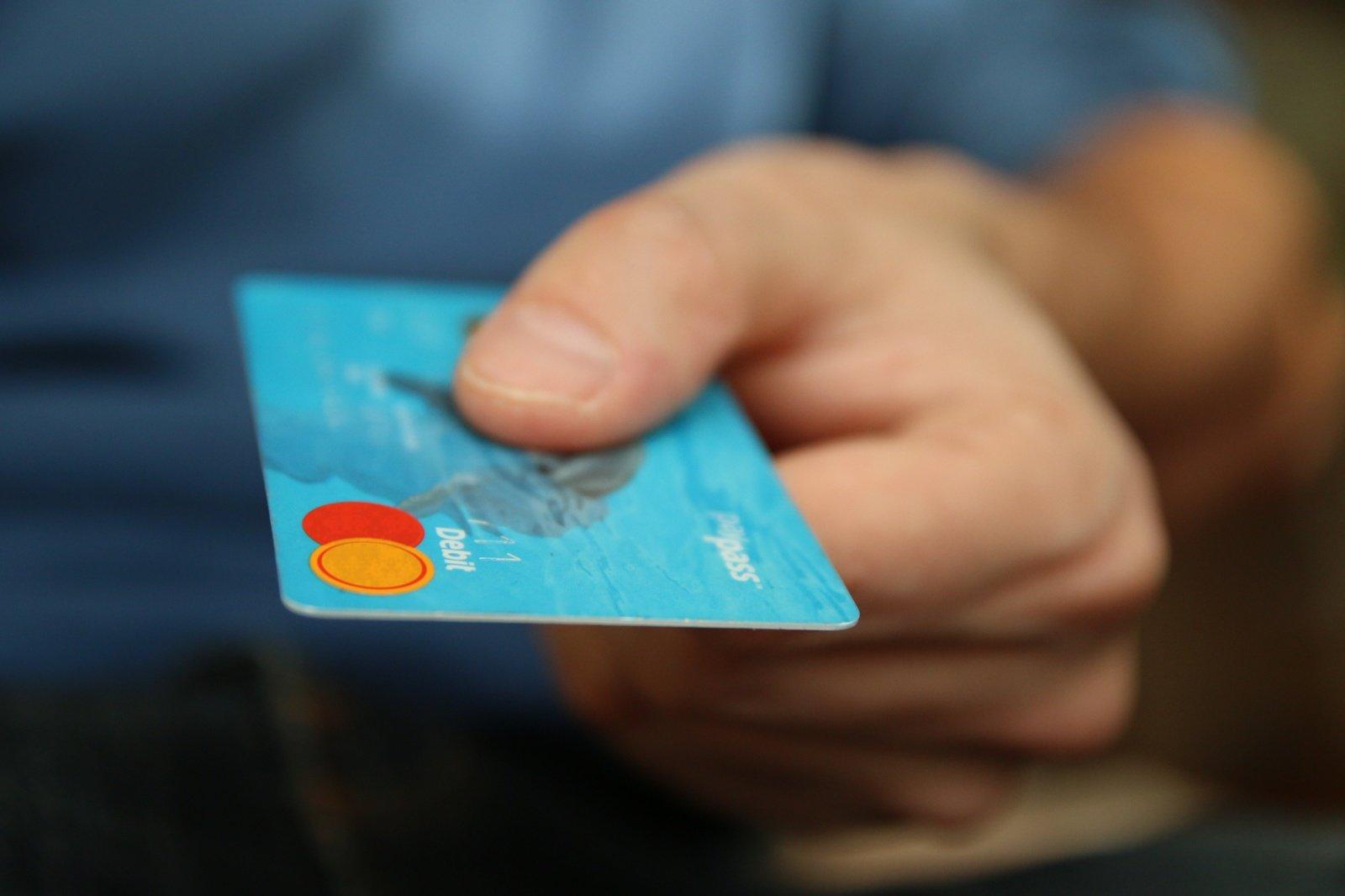 Šiaulių rajone socialinės darbuotojos pasinaudojo vyro banko kortele ir pasisavino 700 eurų