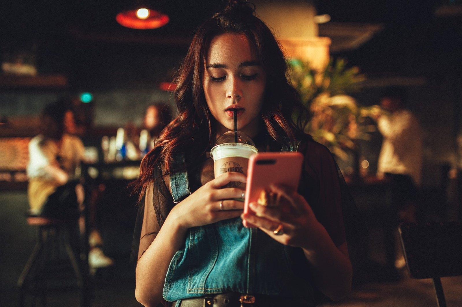 Pasakė, kuo skiriasi kofeinas kavoje ir arbatoje: kurį geriau rinktis?
