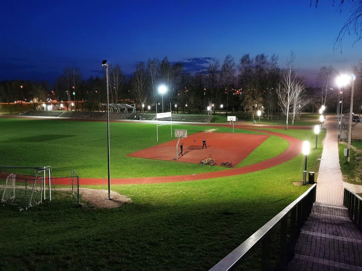 Nuo šiol Rygiškių Jono gimnazijos stadione jauku ir šviesu net ir tamsiuoju paros metu
