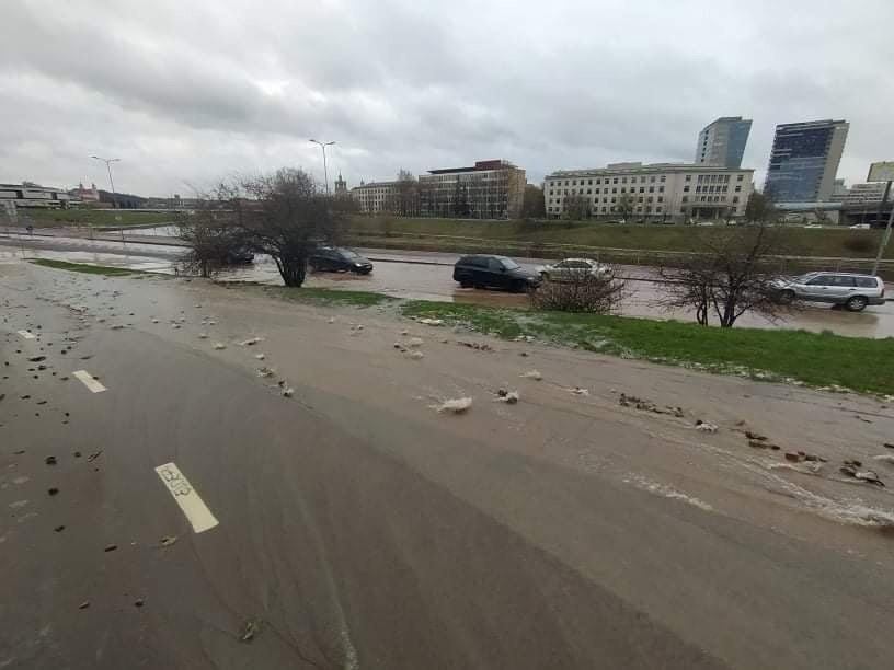 Upės gatvė sostinėje dėl vandentiekio avarijos virto tikra upe