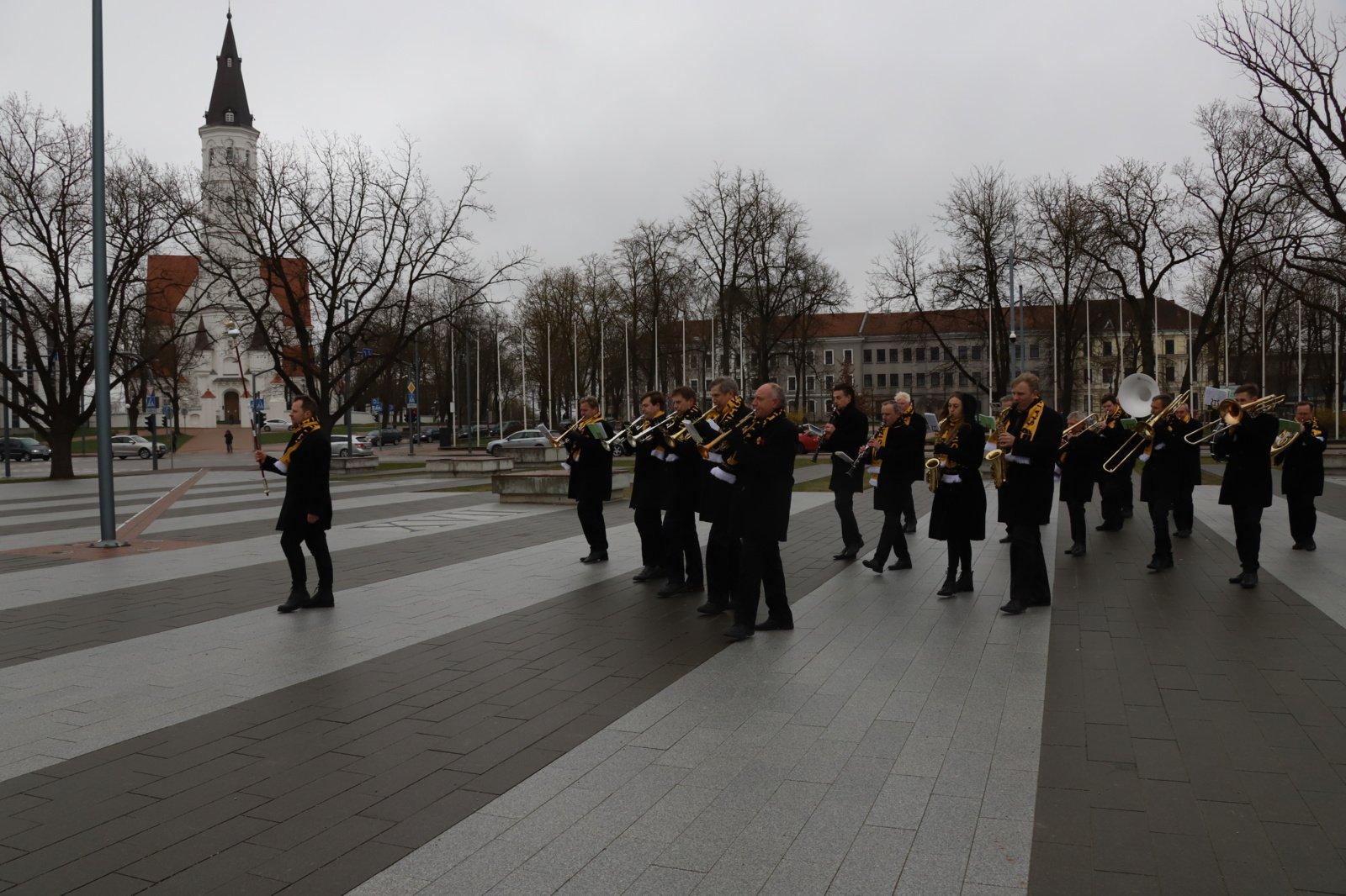 Tiesiogiai iš Prisikėlimo aikštės buvo transliuojamas Šiaulių miesto muzikinis sveikinimas Medikams