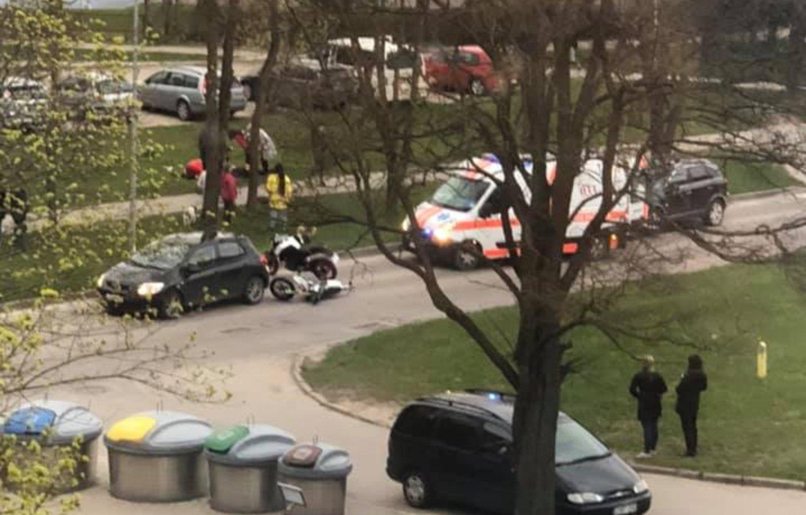 Sudvajų gatvėje į automobilį rėžėsi du motociklai