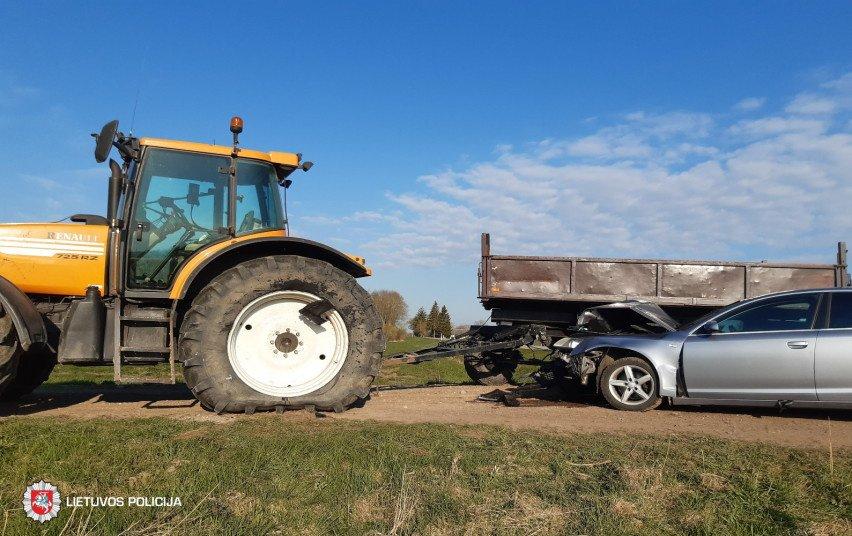 """Joniškio rajone – traktoriaus ir """"Audi"""" kaktomuša"""