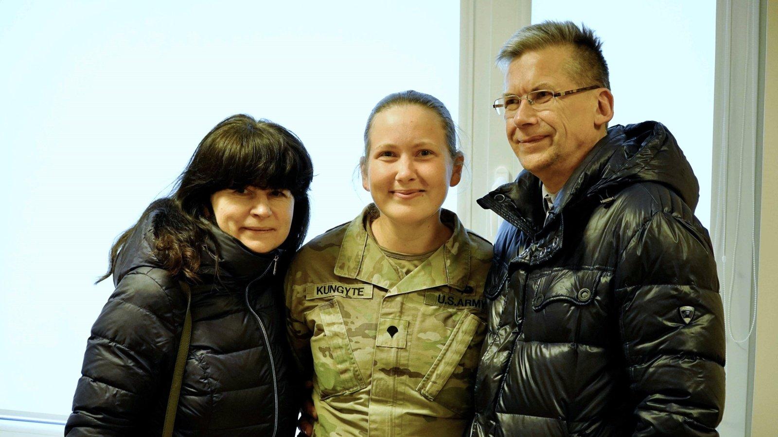 Po 4 metų tėvus apkabinusi JAV kariuomenėje tarnaujanti lietuvė: esu labai laiminga