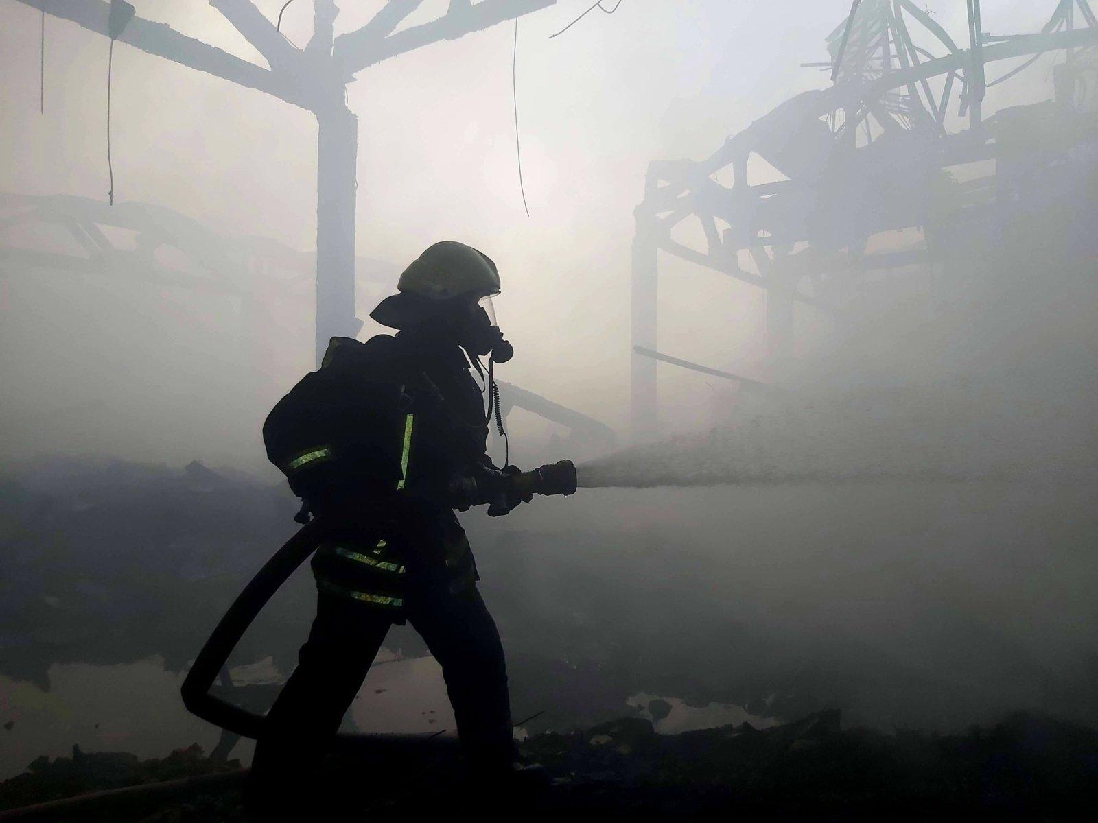 Naktį į sekmadienį Vilniaus rajone užsiliepsnojo gamybinis pastatas