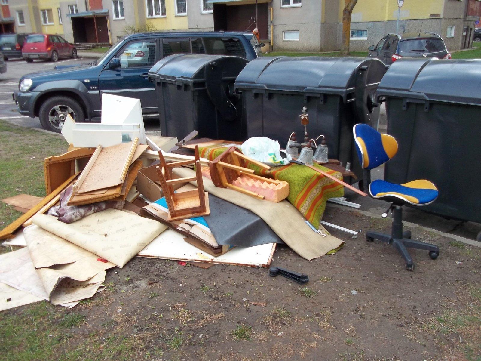 Panaudoti baldai vis dar išmetami prie konteinerių