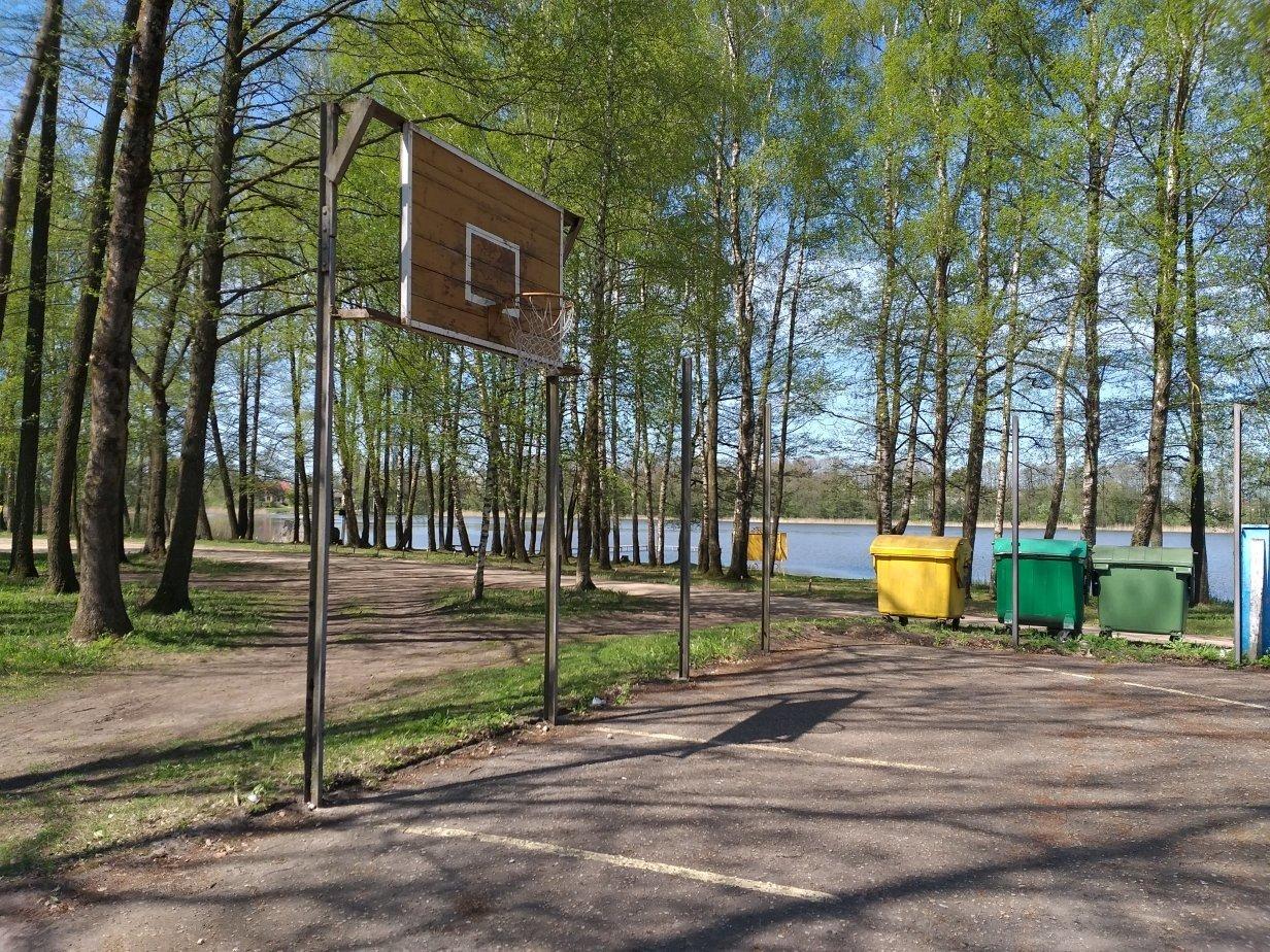 Yglos ežero pakrantė taps dar patrauklesnė: atnaujinama krepšinio – lauko teniso aikštelė