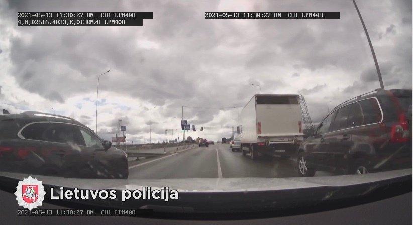 Utenos policininkai suskubo sužalotam vyrui į pagalbą: svarbi buvo kiekviena minutė (vaizdo įrašas)